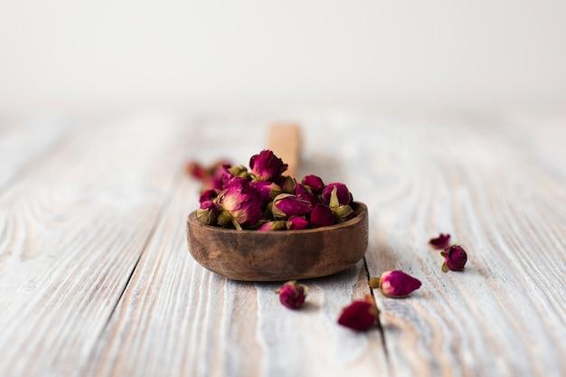 Mini rosas aromáticas de primer plano sobre una mesa Foto gratis