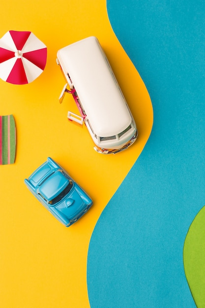 Miniatura de coches antiguos y minivan en falso paisaje Foto gratis