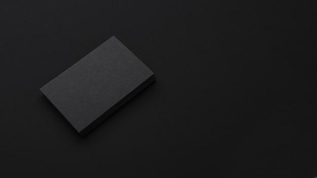 Minimalista elegante pila de tarjetas de visita negras Foto gratis