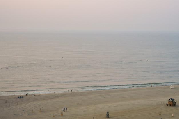 Mira desde lejos las olas del mar del océano índico Foto gratis