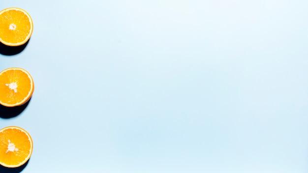 Mitades de frutas cítricas sobre fondo claro Foto gratis
