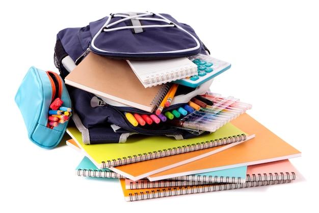 Mochila de escuela con libros y equipamiento Foto gratis