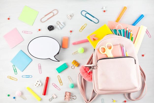 Mochila estudiantil y diversos útiles escolares. concepto de estudio, educación y regreso a la escuela Foto Premium