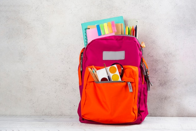 Mochila con utensilios escolares. Foto Premium