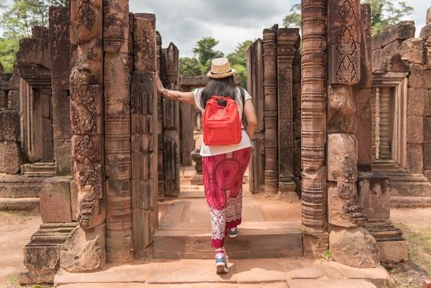 Mochila de viaje mujer en camboya. Foto Premium