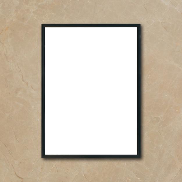 Mock up marco cartel en blanco colgando de la pared de mármol marrón ...