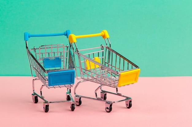 Mock up shoppong carrito en línea en la mesa de escritorio de oficina de pared azul suave Foto Premium