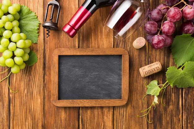 Mock up con vino tinto y uvas. Foto gratis