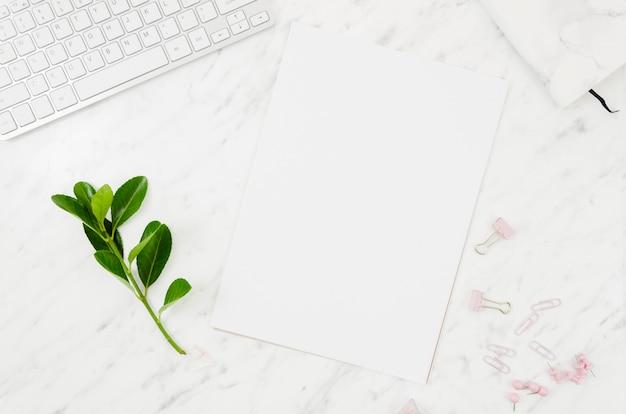Mockup de papel flat lay en espacio de trabajo Foto gratis