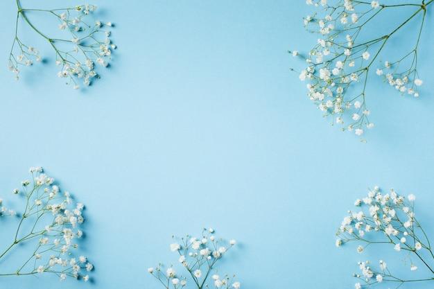 Moda azul, fondo plano de flores. Foto Premium