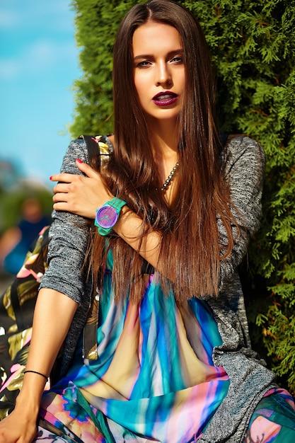 Moda elegante hermosa morena joven modelo en ropa casual de verano colorido hipster posando en la calle Foto gratis