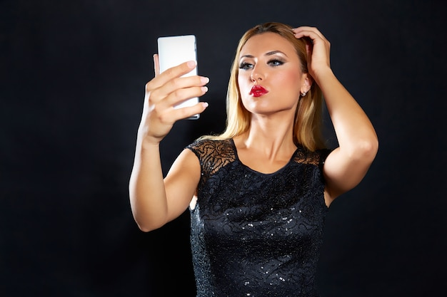 Moda rubia mujer smartphone selfie Foto Premium