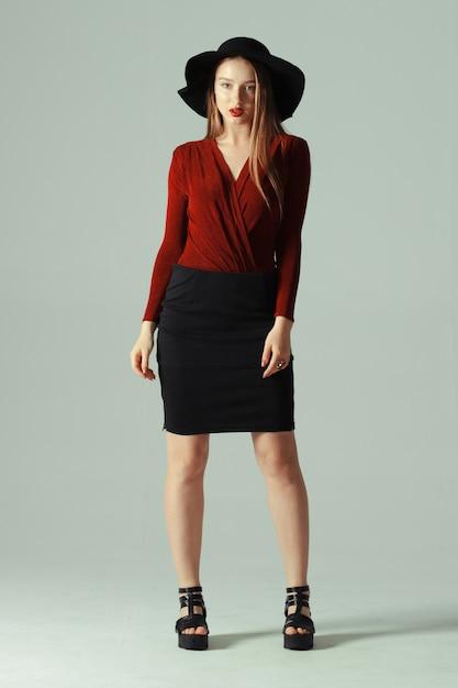 Modelo de alta moda posando en sombrero Foto Premium