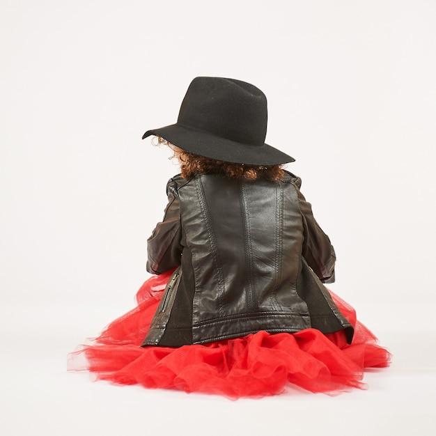 Modelo de niña con sombrero negro | Descargar Fotos premium