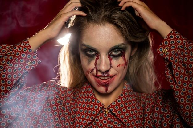 Modelo femenino de halloween arreglando su cabello Foto gratis