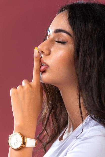 Modelo femenino que promueve el estilo de maquillaje otoño invierno y joyerías Foto gratis
