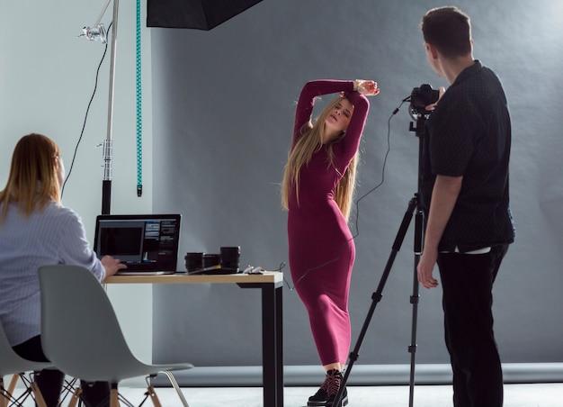 Modelo y fotógrafo preparándose para la sesión de fotos Foto gratis