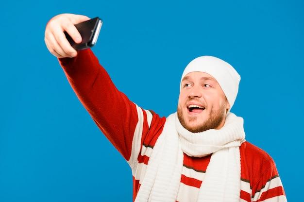 Modelo de invierno tomando una selfie Foto gratis