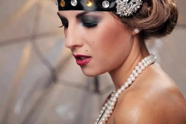 Modelo de maquillaje oscuro, mira hacia abajo Foto gratis