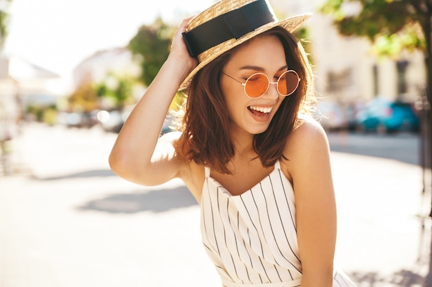 Modelo morena en ropa de verano posando en la calle posando Foto gratis