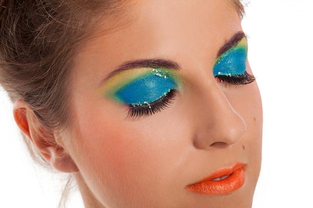 Modelo de mujer joven caliente con maquillaje de labios naranja Foto gratis
