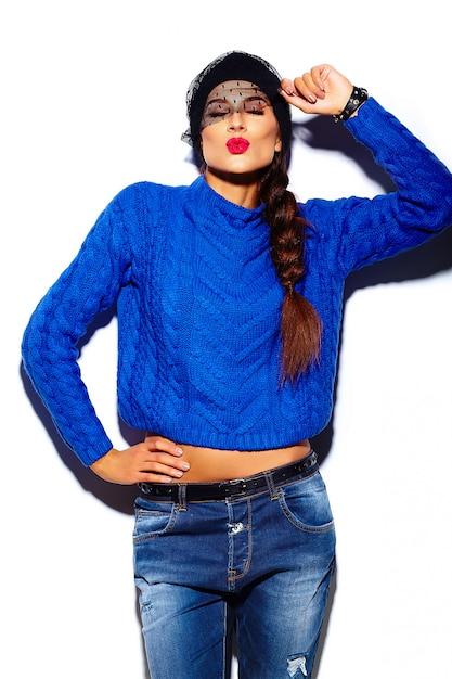 Modelo de mujer joven hermosa elegante glamour con labios rojos en tela azul suéter hipster dando beso Foto gratis