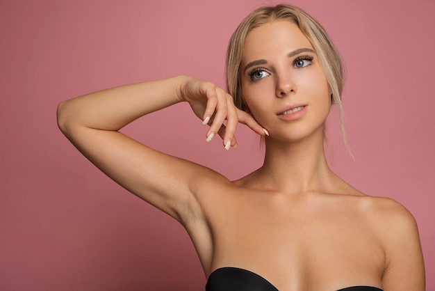 Modelo de mujer joven posando sobre fondo rosa Foto gratis