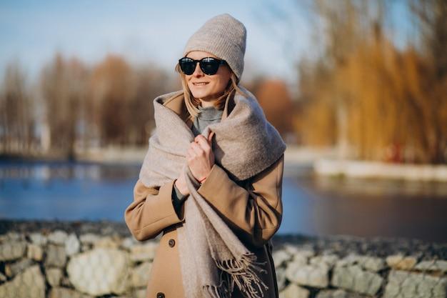 vestida joven abrigo cálido mujer Modelo afuera el en con de QoeWBrdCx