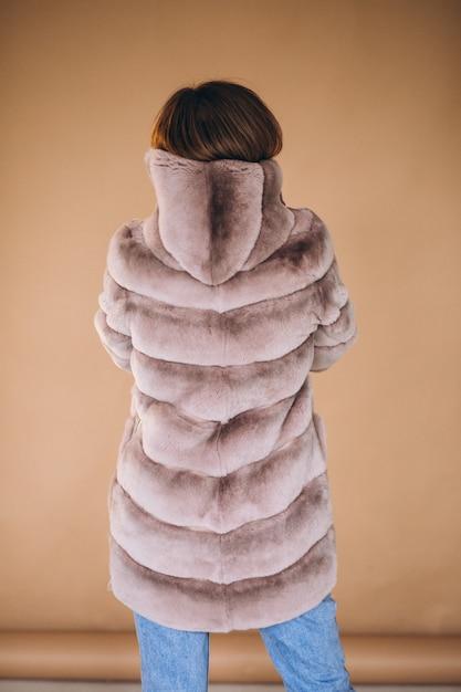 Modelo de mujer mostrando ropa de invierno Foto gratis
