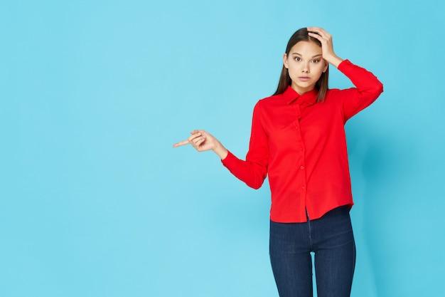 Modelo de mujer posando en ropa colorida Foto Premium