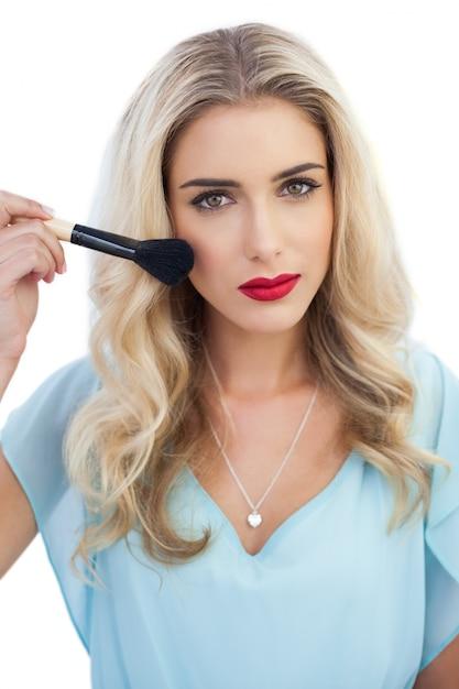 Maquillaje con vestido azul cielo
