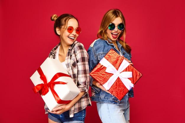 Modelos con grandes cajas de regalo. Foto gratis