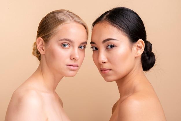 Modelos de primer plano posando juntos Foto gratis