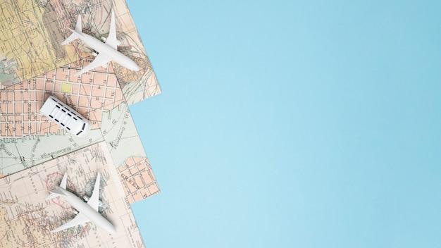 Modelos de vehículos en mapas. Foto gratis