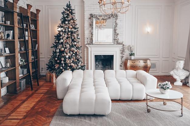 Moderna sala de estar interior blanco con elementos clásicos y árbol de navidad decorado Foto Premium