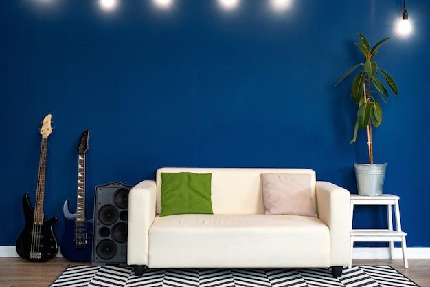 Moderna sala de estar interior con sofá blanco contra la pared azul Foto Premium
