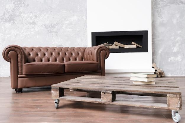 Moderna sala de estar minimalista con sofá de cuero y chimenea. Foto gratis