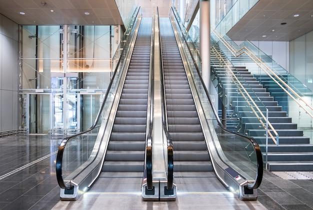 Modernas escaleras mecánicas de lujo con escalera. Foto Premium