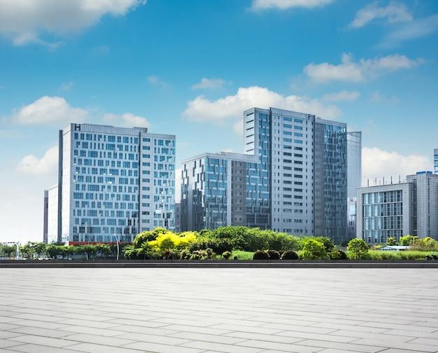 Moderno edificio de negocios con la pared de vidrio desde el piso vacío Foto gratis