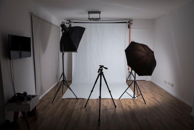 Moderno estudio fotográfico con equipos profesionales. Foto gratis