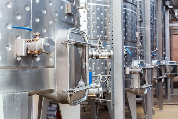 Modernos equipos industriales tecnológicos de fábrica de vinos. Foto Premium
