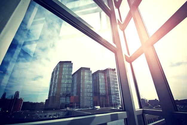 Modernos rascacielos de negocios visto desde la ventana. Foto gratis