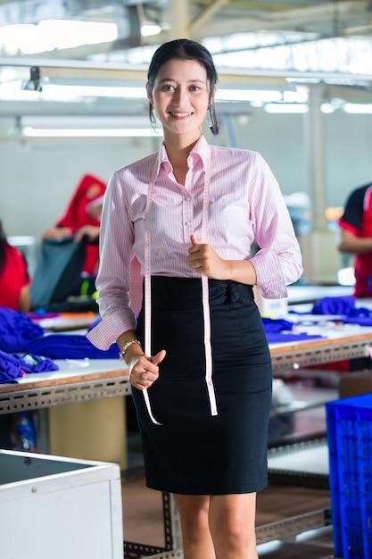 Modista asiática en una fábrica textil Foto Premium