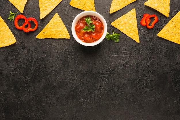 Mojando nachos Foto gratis