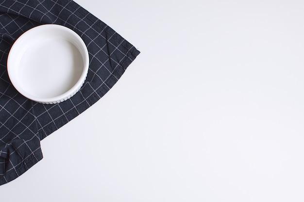 Molde blanco para hornear y servilleta negra a cuadros Foto Premium