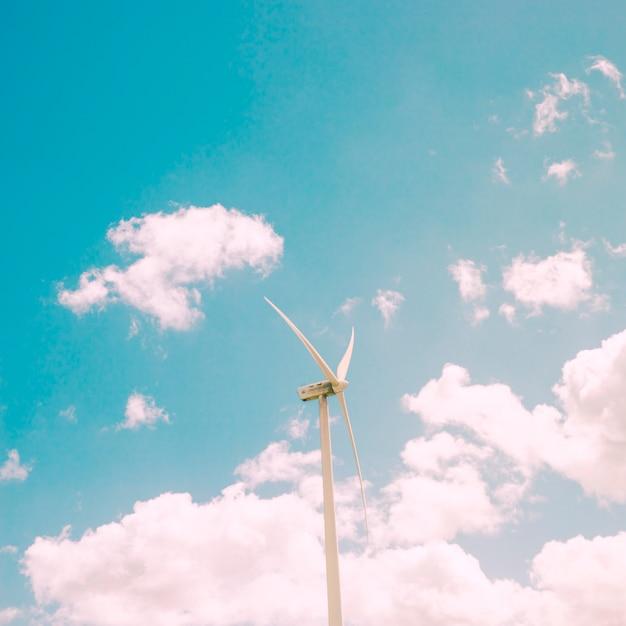 Molino de viento en el fondo del cielo Foto gratis