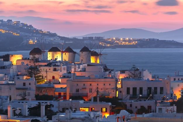 Molinos de viento tradicionales al atardecer, santorini, grecia Foto Premium