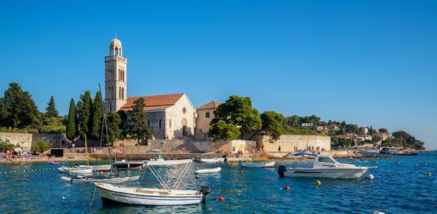 Monasterio francisciano en la ciudad de hvar en croacia. Foto Premium