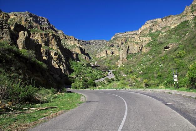 Monasterio geghard en las montañas del cáucaso de armenia Foto Premium