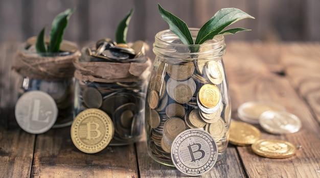 Moneda bitcoin y un frasco con monedas Foto gratis